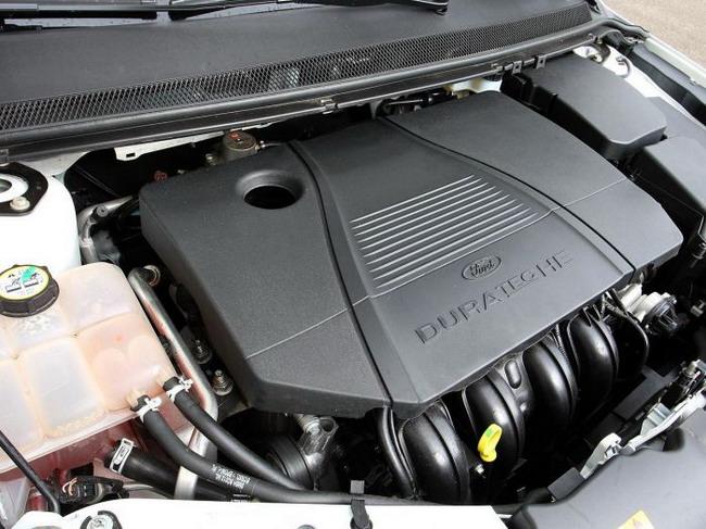 Фото белоснежного универсала Форд Фокус