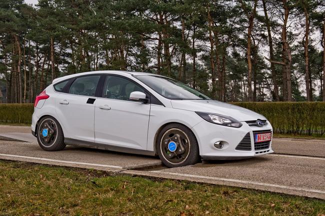 Ford Focus тестируют на устойчивость к выбоинам