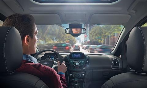 Около 48% европейцев читают и отправляют СМС за рулем