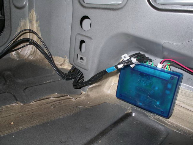 Установка парктроника так-же заключается в установке блока,который обычно закрепляют вертикально в багажном...